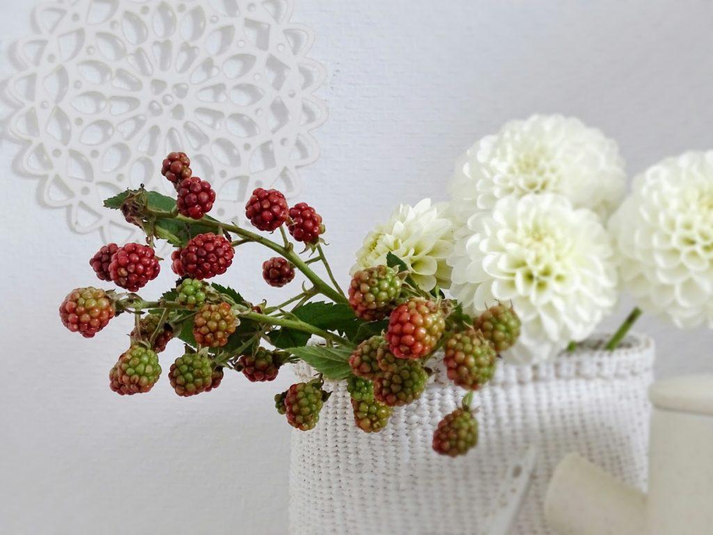 Deko-Idee mit weißen Dahlien und wilden Brombeeren - http://mammilade.blogspot.de - 5 Lieblinge der Woche