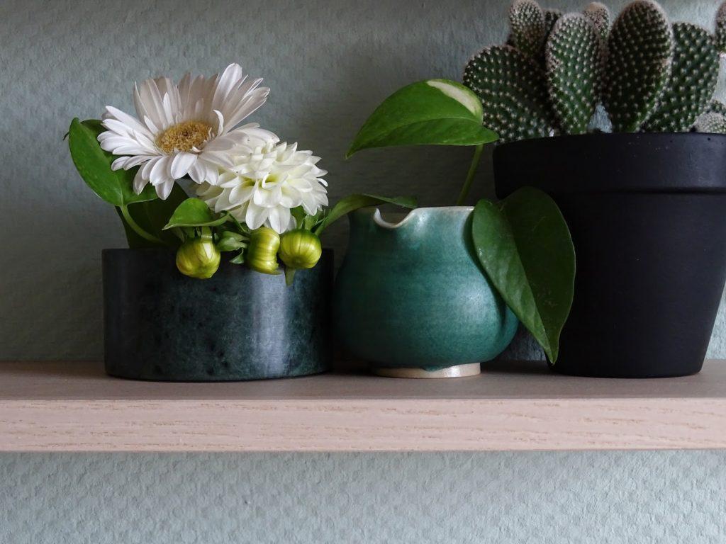 Küchen-Makeover mit neuer Wandfarbe in Mint + Styling-Ideen für Regale + Deko-Ideen mit Dahlien, Pflanzen und einem String-Regal - www.mammilade.blogspot.de