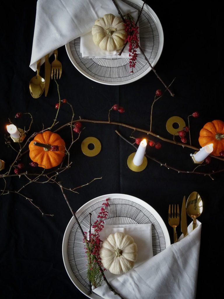 Halloween küsst Herbst - Herbstliche Tischdeko-Idee 'dark and moody' mit einem dezenten, edlen Hauch Halloween - https://mammilade.blogspot.de