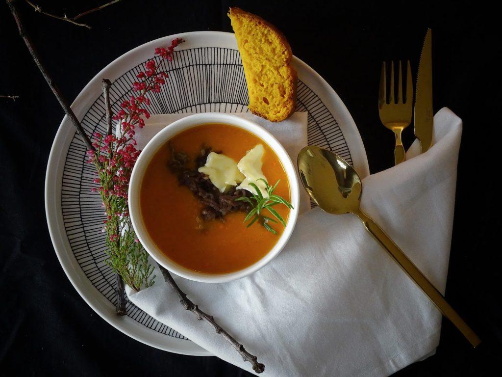 Kürbissuppe mit Camembert und Kürbis-Weißbrot mit Dinkel - https://mammilade.blogspot.de