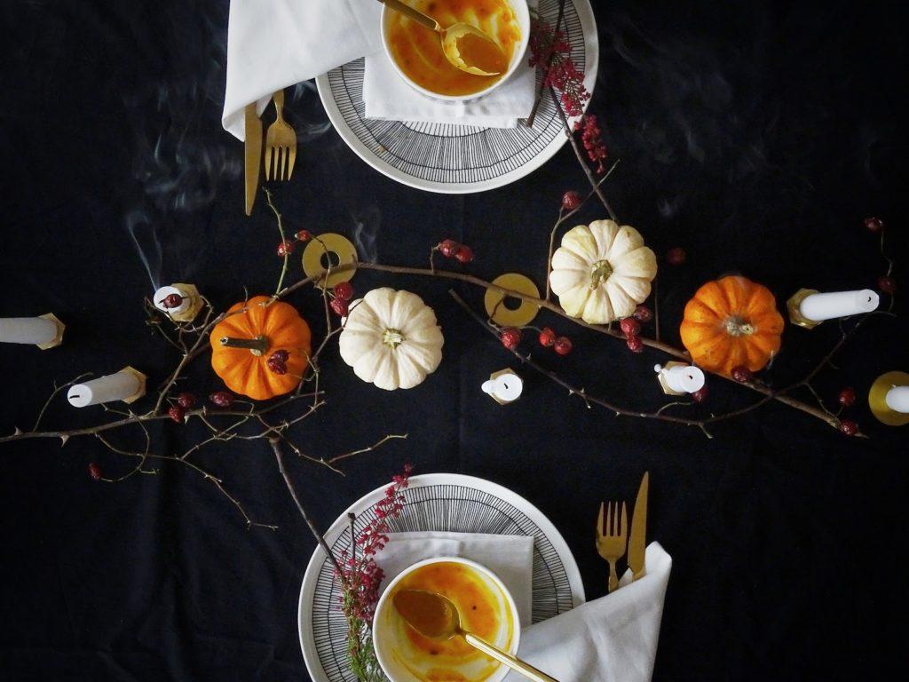 Halloween küsst Herbst - Herbstliche Tischdeko-Idee 'dark and moody' mit einem dezenten, edlen Hauch Halloween - Rezept Kürbissuppe mit Camembert - https://mammilade.blogspot.de
