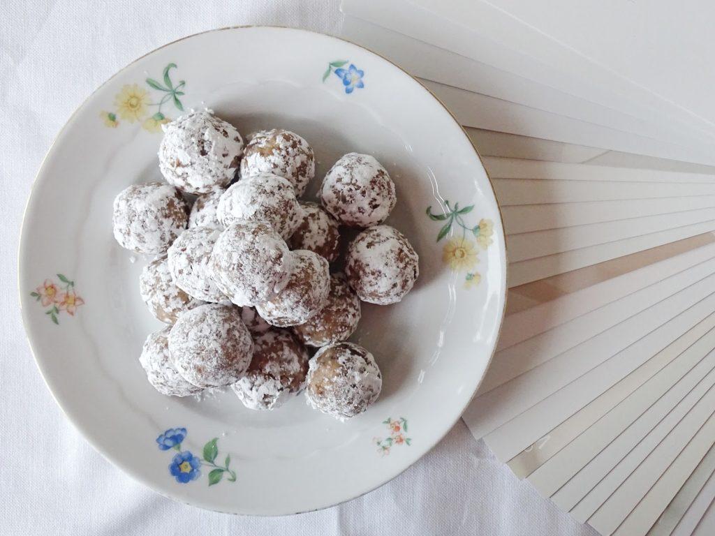 Schnell gemachte Vanille-Keks-Pralinen mit Datteln und Milchmädchen - Fotoaktion #12von12 und 1 Tag in 12 Bildern - https://mammilade.blogspot.de