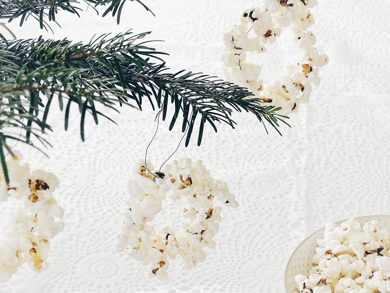 Popcorn-Kringel für den Weihnachtsbaum - 14 DIY-Nachmach-Ideen, Deko-Inspirationen und Rezepte für den Dezember und Weihnachten - https://mammilade.blogspot.de
