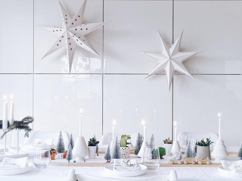 Stimmungsvolle Weihnachts-Tischdeko mit Holzeisenbahn für Jung und Alt - 14 DIY-Nachmach-Ideen, Deko-Inspirationen und Rezepte für den Dezember und Weihnachten - https://mammilade.blogspot.de