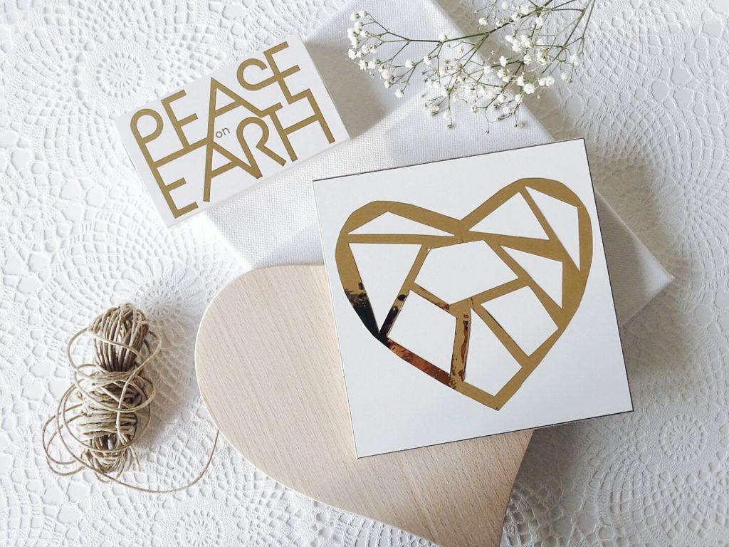 Goldenes Scherenschnitt-Klebefolien-Herz auf Holz für den Valentinstag und andere Anlässe | 10 DIY-Nachmach-Ideen und Rezepte für den Februar | https://mammilade.blogspot.de