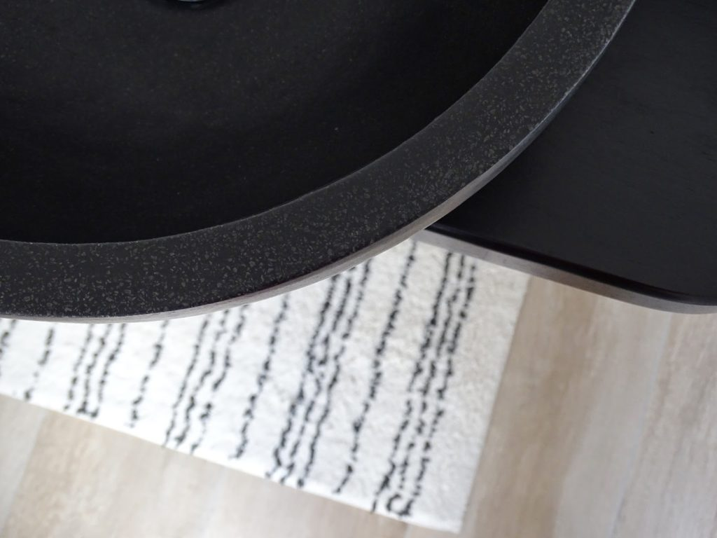 Rundes, schwarzes Stein-Handwaschbecken und schwarzer Waschtisch im Gäste-WC | Fotoaktion #12von12 und 1 Tag in 12 Bildern | https://mammilade.blogspot.de