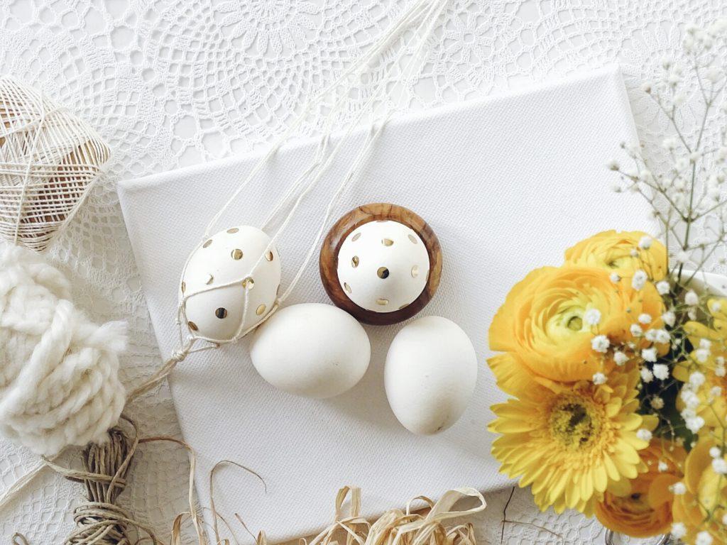 Goldkonfetti-Ostereier mit einfach gemachter Makramee-Aufhaengung | 20 DIY-Nachmach-Ideen und Rezepte für den März, den Frühling und Ostern | https://mammilade.blogspot.de