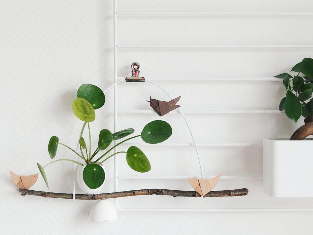 Geknoteter Papiervogel auf einem Zweig mit Pilea Peperomioides in Eier-Vase | 20 DIY-Nachmach-Ideen und Rezepte für den März, den Frühling und Ostern | https://mammilade.blogspot.de