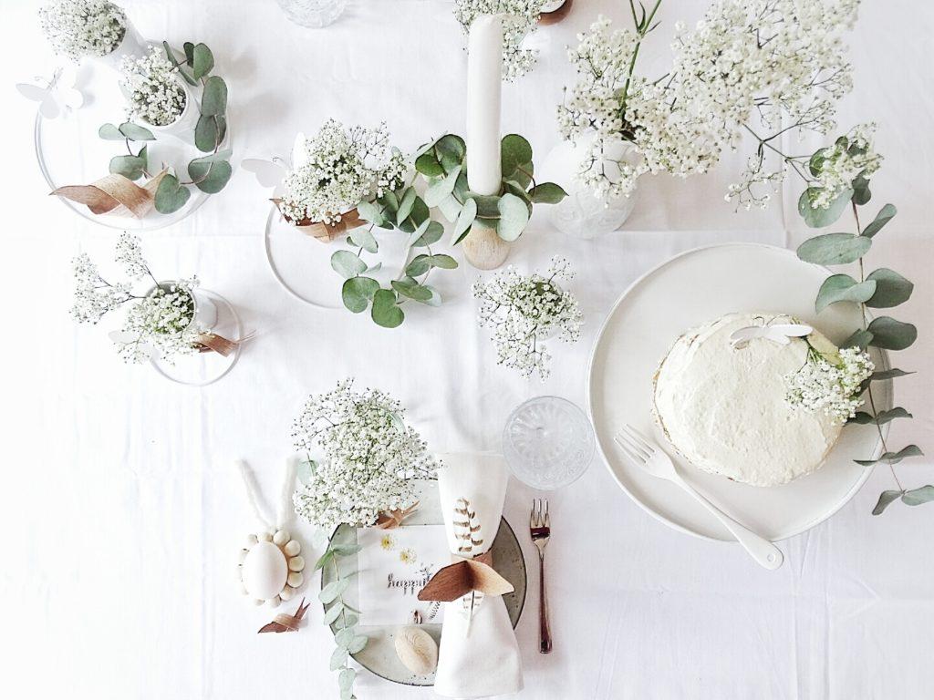 Frühlingstisch mit viel Schleierkraut und Eukalyptus | 20 DIY-Nachmach-Ideen und Rezepte für den März, den Frühling und Ostern | https://mammilade.blogspot.de