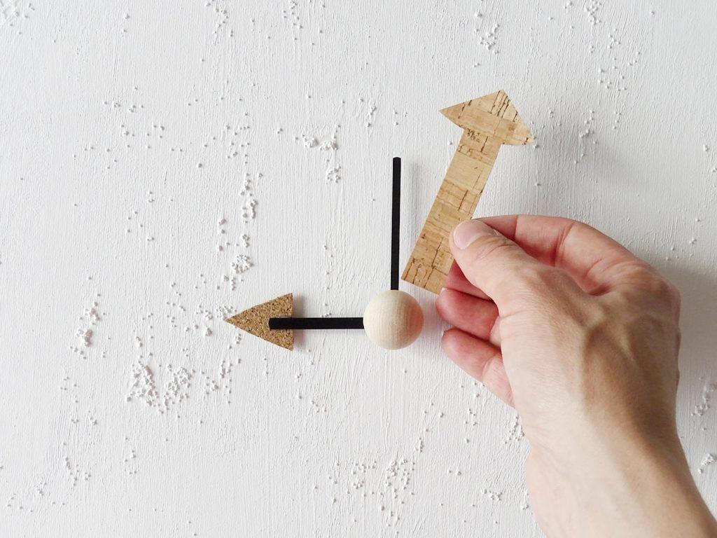 DIY-Wanduhr mit Kork und Holz auf runden Malkarton | 26 DIY-Nachmach-Ideen und Rezepte für den Mai | https://mammilade.blogspot.de