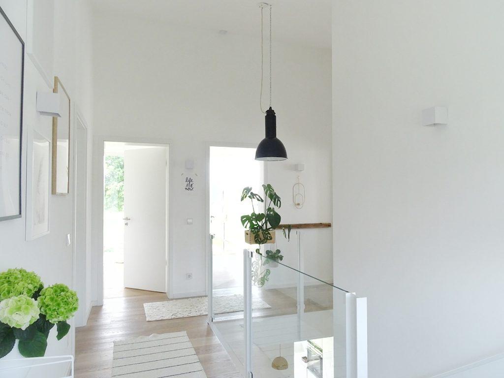 Vintage-Industrielampen als besondere Beleuchtungs- und Einrichtungsidee für jedes Zuhause | Jolg Vintage-Industrielampe im 4m hohen Neubau-Flur | https://mammilade.blogspot.de