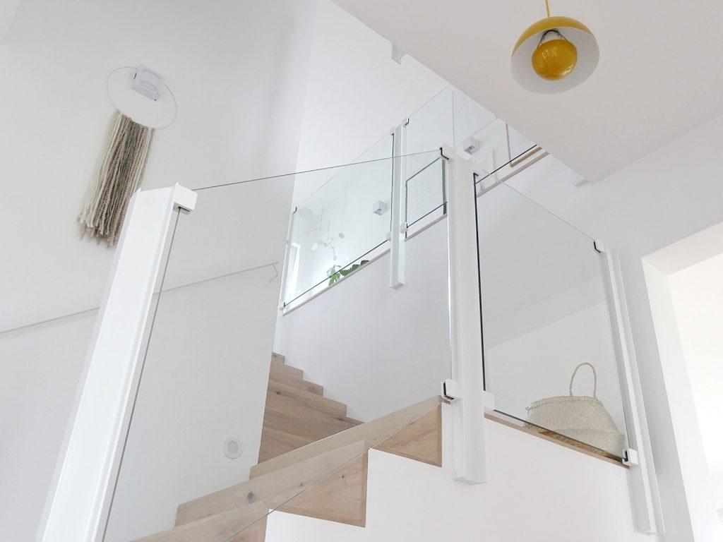 Offener Flur mit Podesttreppe, Glasgeländer und Holzstufen | Fotoaktion #12von12 | 1 Tag in 12 Bildern | https://mammilade.blogspot.de