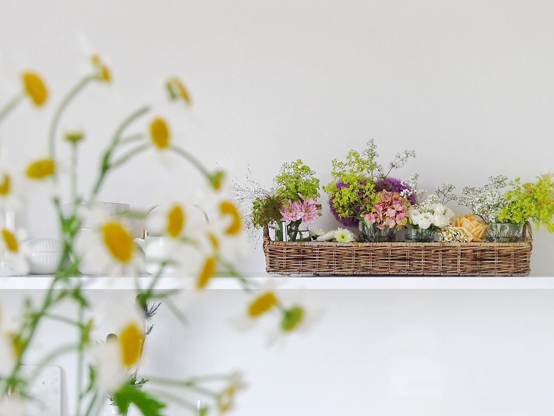 Kontraste schaffen und Blumen kreativ in Körben dekorieren