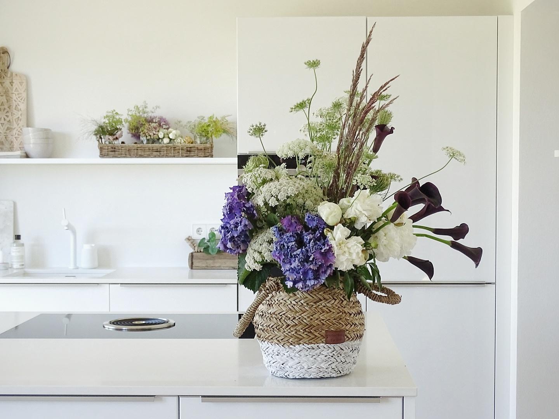 Stile mixen, Kontraste schaffen und kreatives Blumenbouquet im Korb