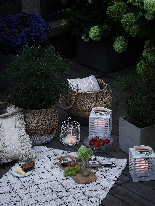Deko-Ideen für das Outdoor Picknick mit Kissen und Körben als Deko-Klassiker