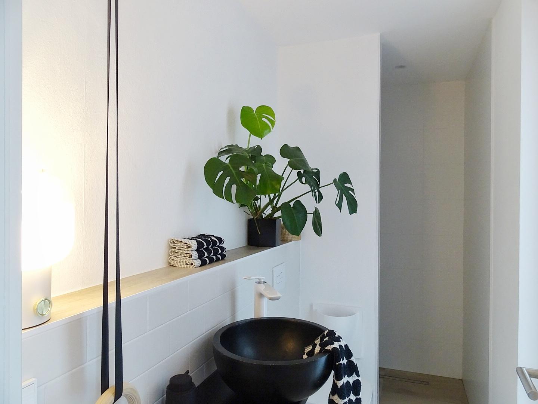 Makeover Badezimmer: Vorher-Bild | Einfaches Umstyling mit selbstklebenden und wiederverwendbaren Tapeten | mammilade.com