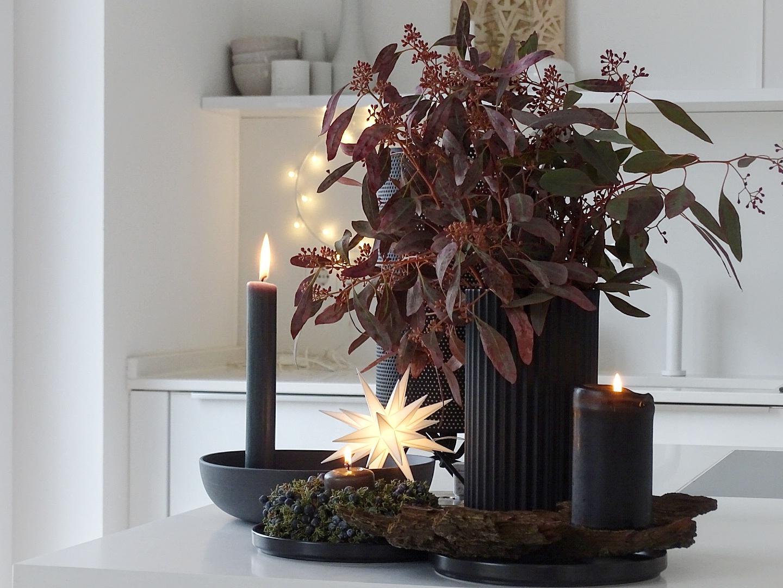 Dekoidee mit rotem Eukalyptus und schwarzen Accessoires | 1 Tag in 12 Bildern #12von12 | mammilade.com
