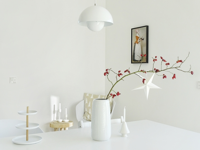 Minimalistische Weihnachtsdeko-Idee mit Stern und Hagebutte | 1 Tag in 12 Bildern #12von12 | mammilade.com