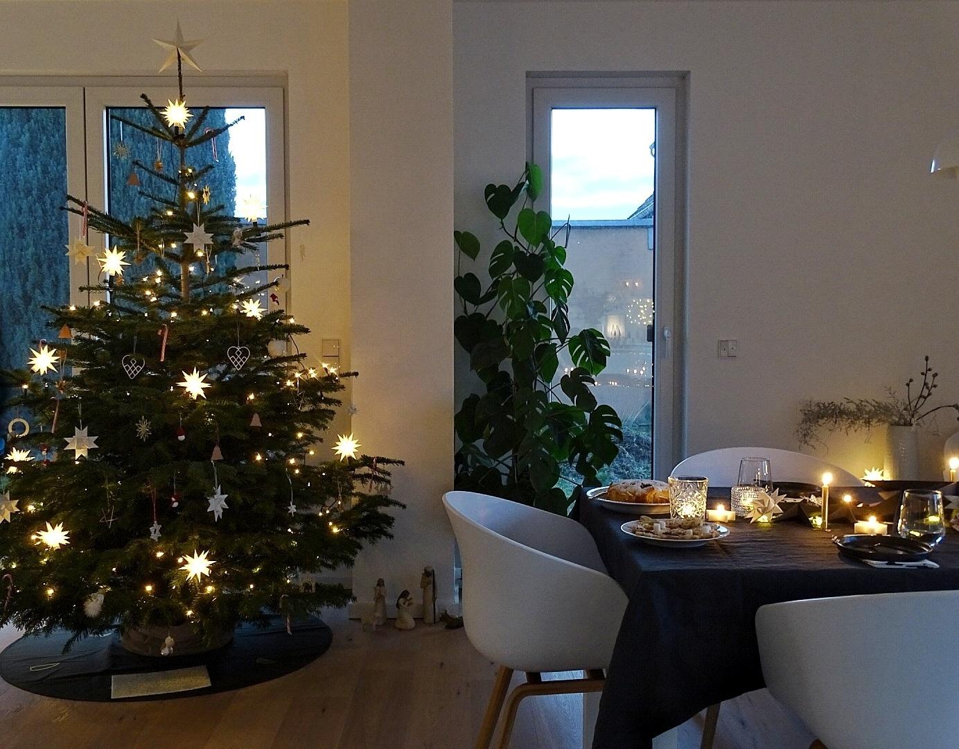 Weihnachtliche Tischdeko-Idee 'In sternklarer Nacht' mit Schwarz, Gold, vielen Kerzen & Sternen | mammilade.com