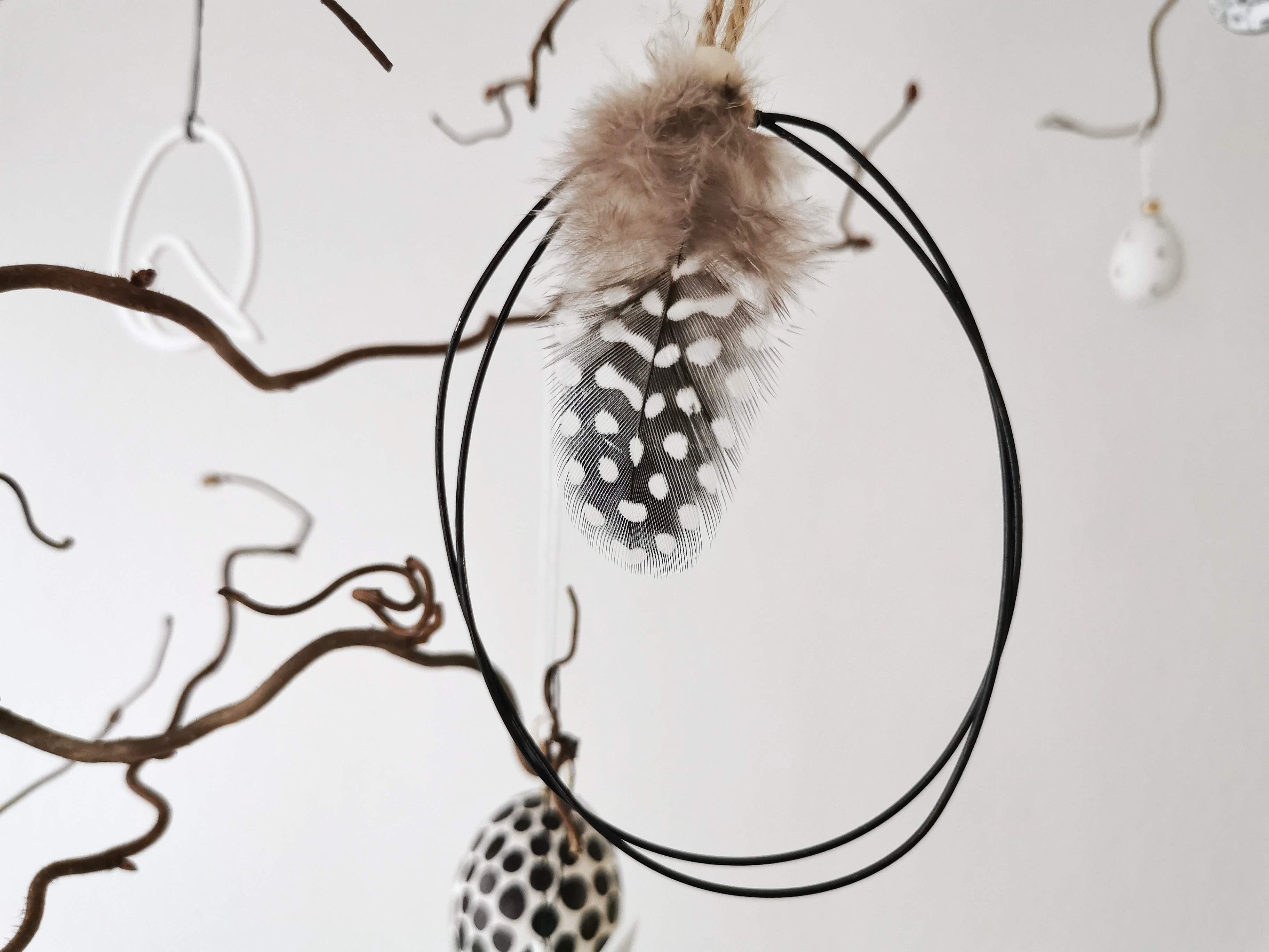 Ein senkrecht hängender Osterstrauch an der Zimmerdecke - Eine schaukelnde Korkenzieherweide österlich geschmückt | mammilade.com
