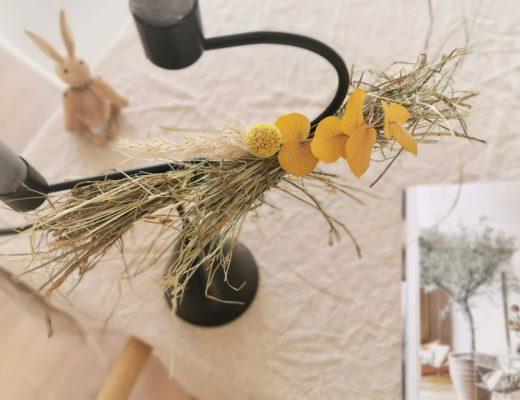 Kerzenständer mit Trockenblumen und Gräsern aufhübschen